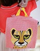 Selección de accesorios infantiles con diseños muy bonitos y materiales de primera calidad. Bolsas de merienda, baberos, vasos, termos, estuches, mochilas y mucho más.